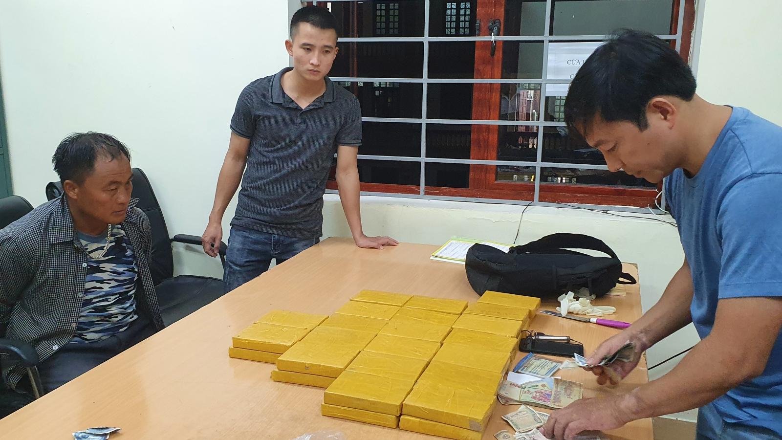 Thay đổi lộ trình để trốn tránh, đối tượng mang theo 40 bánh heroin vẫn bị bắt giữ