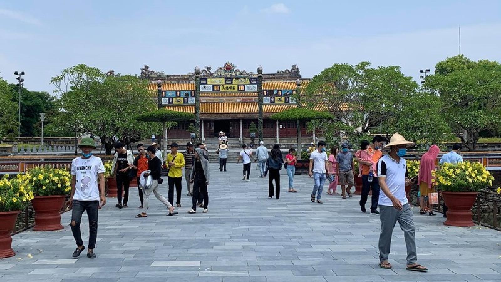 Người dân đến vui chơi ở các điểm di tich, chùa chiền tại Thừa Thiên Huế