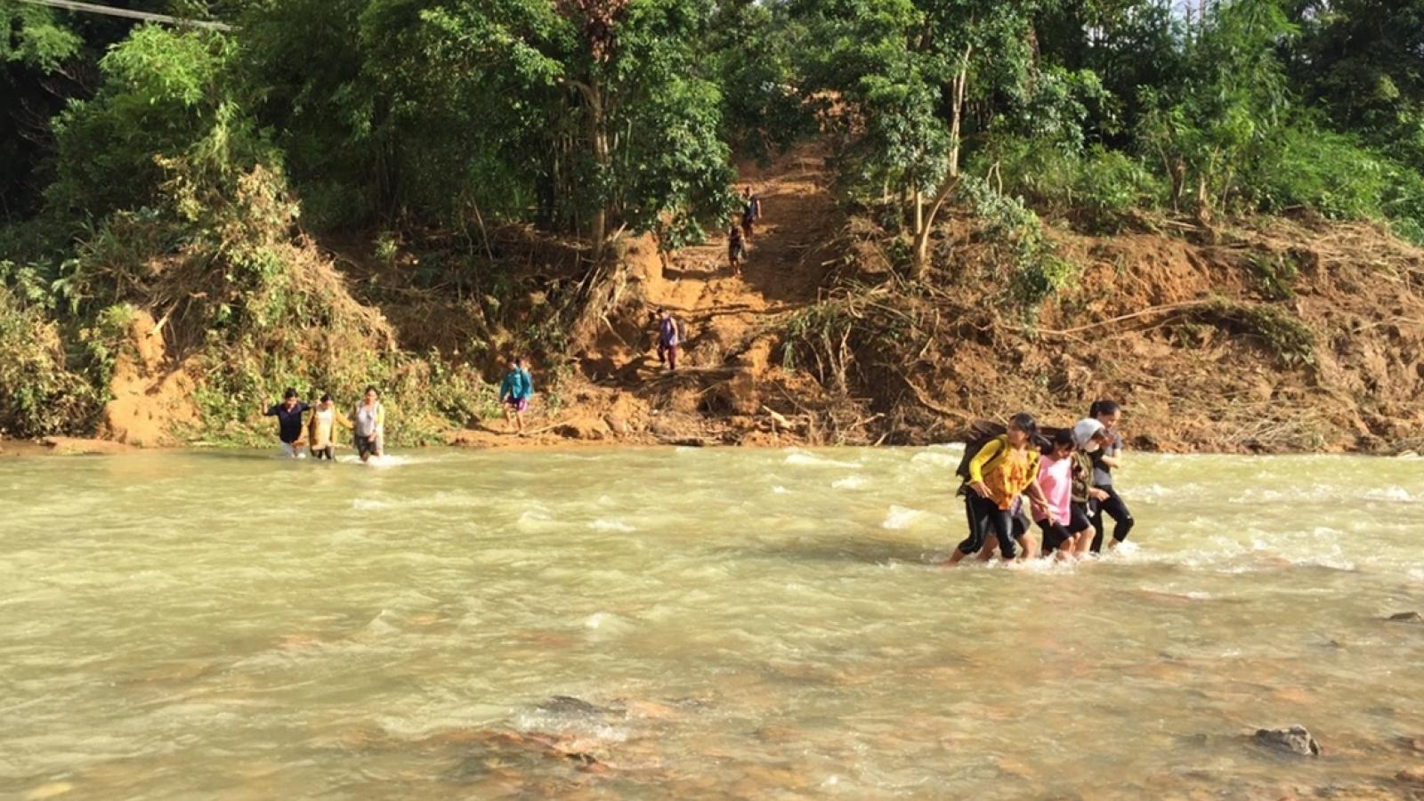 Học sinh vùng cao, lội sông đến trường mùa lũ