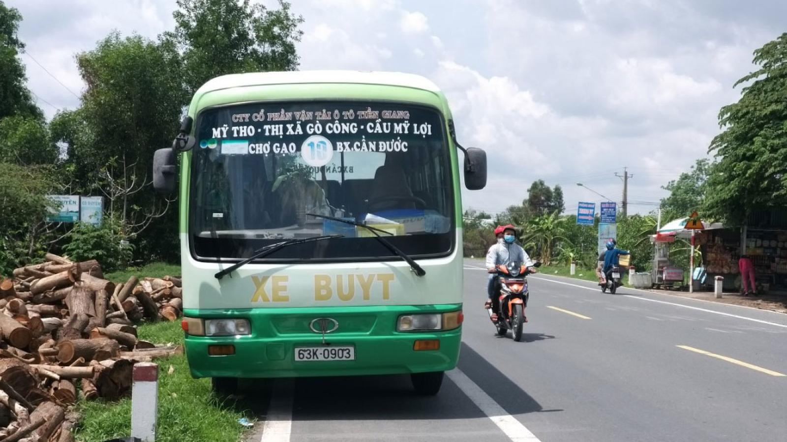 Long An: Không bến đậu, hàng loạt xe buýt nằm giữa đường gây mất an toàn giao thông