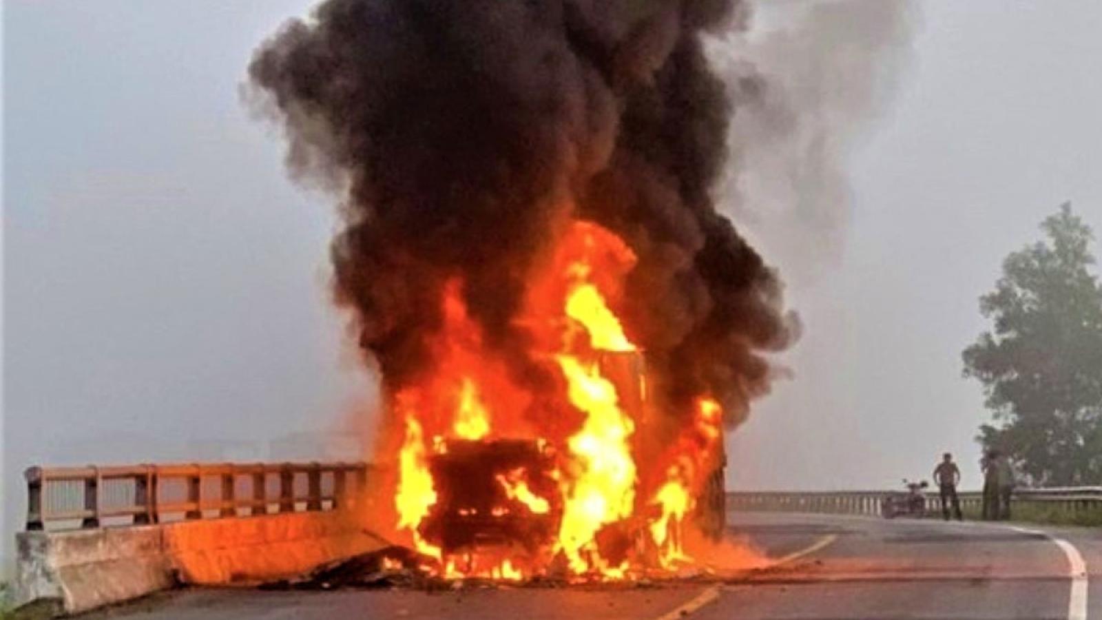 Xe container cháy rụi phần đầu khi đang lưu thông trên đường