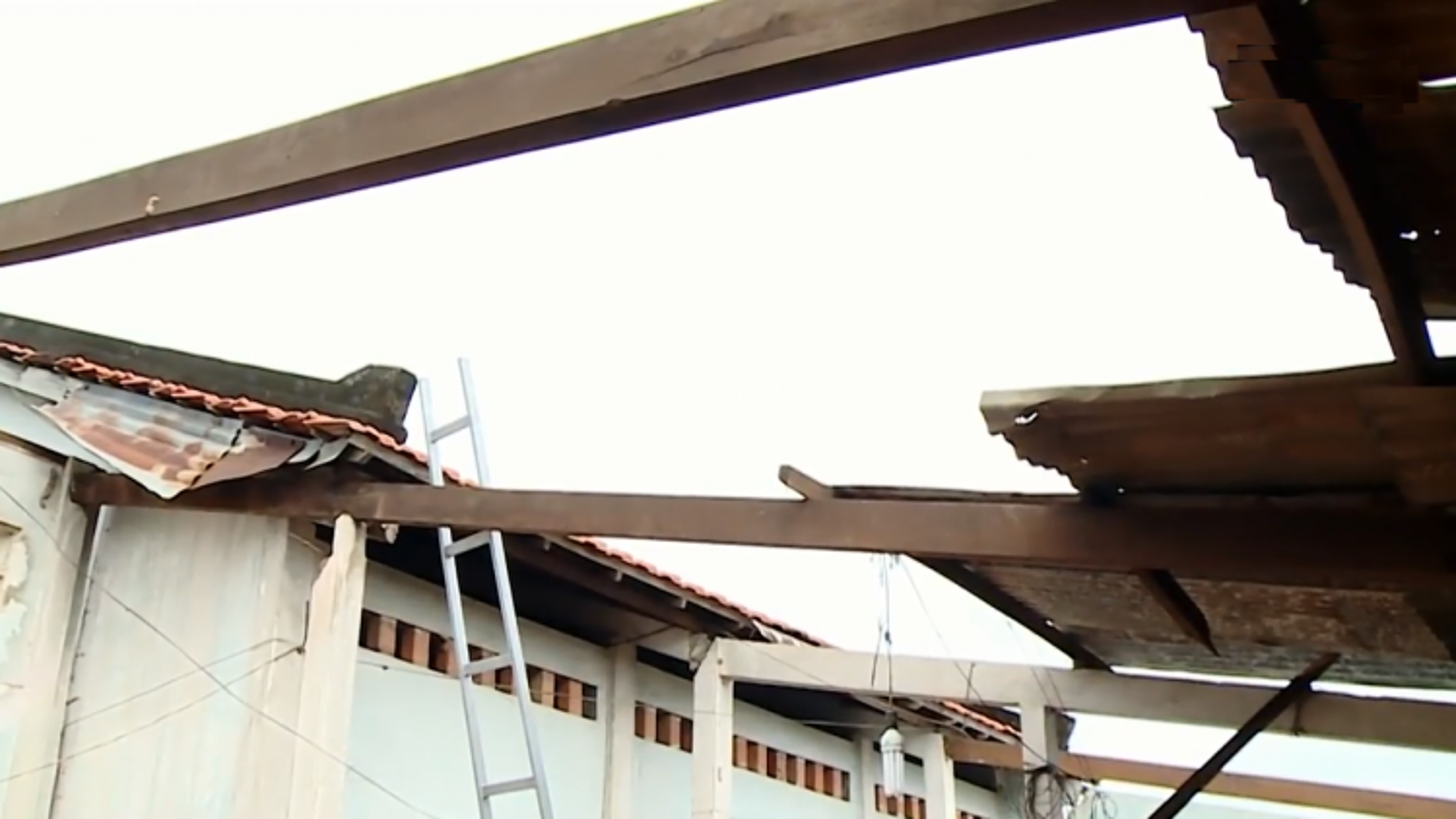 Hơn 80 căn nhà ở Vĩnh Long bị sập và tốc mái do lốc xoáy