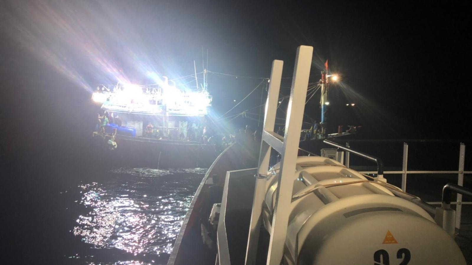 Cứu nạn khẩn cấp tàu cá cùng 18 thuyền viên gặp nạn trên biển Nghệ An