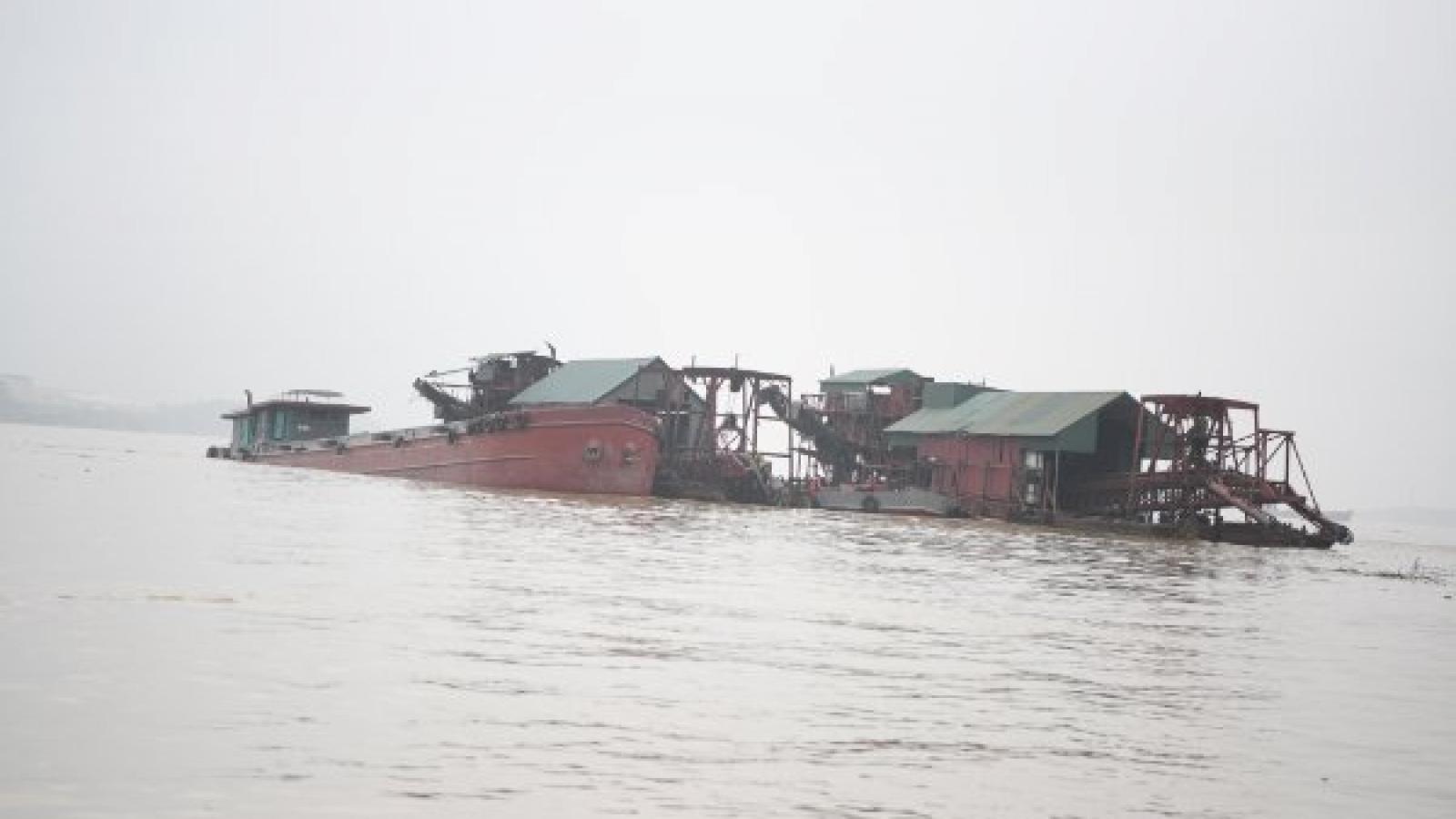 Bắt giữ 15 phương tiện cùng 46 thuyền viên đang hút cát trái phép trên sông Hồng