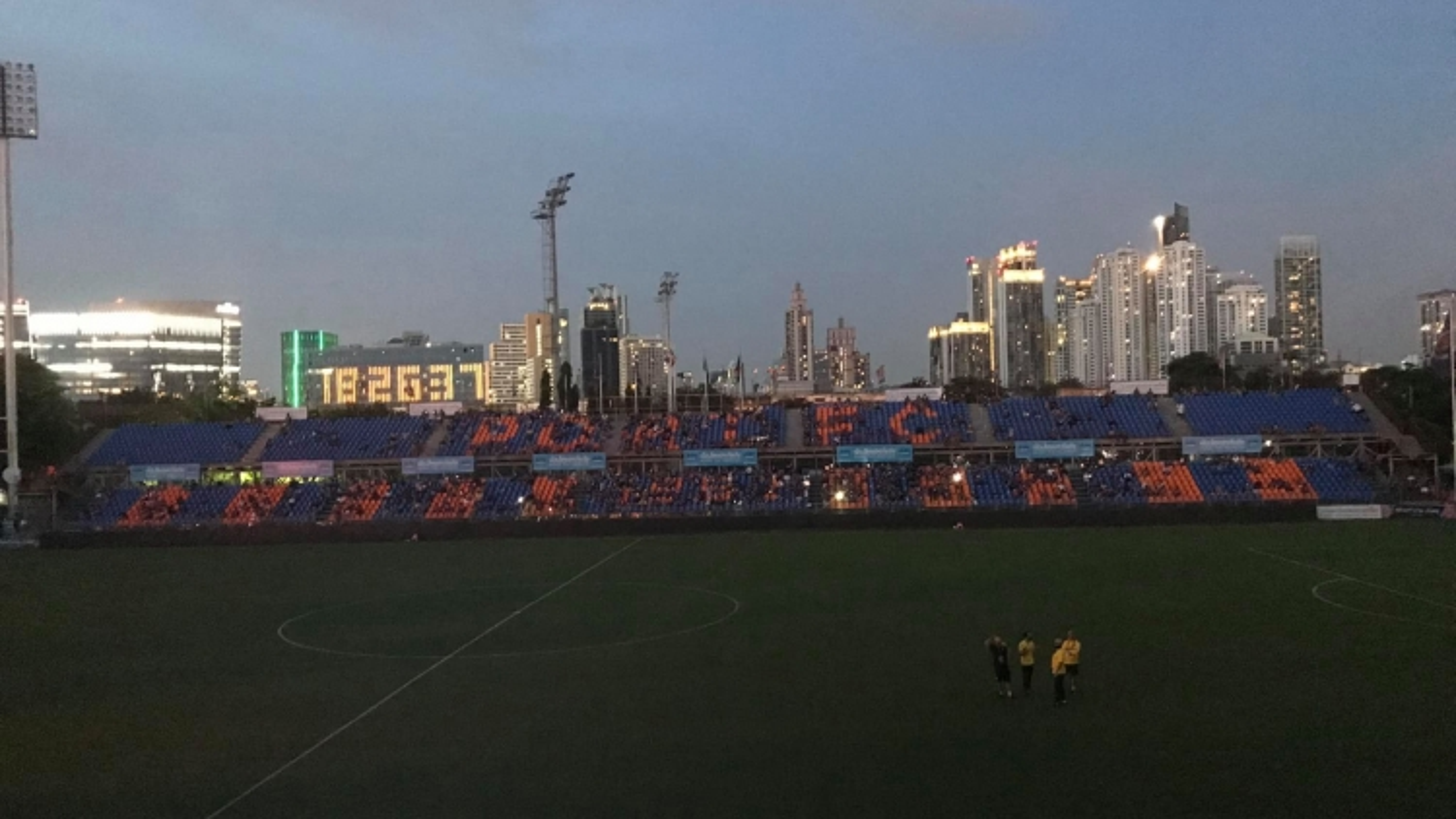 Sự cố hy hữu khiến trận đấu của Văn Lâm và Muangthong bị hoãn vô thời hạn