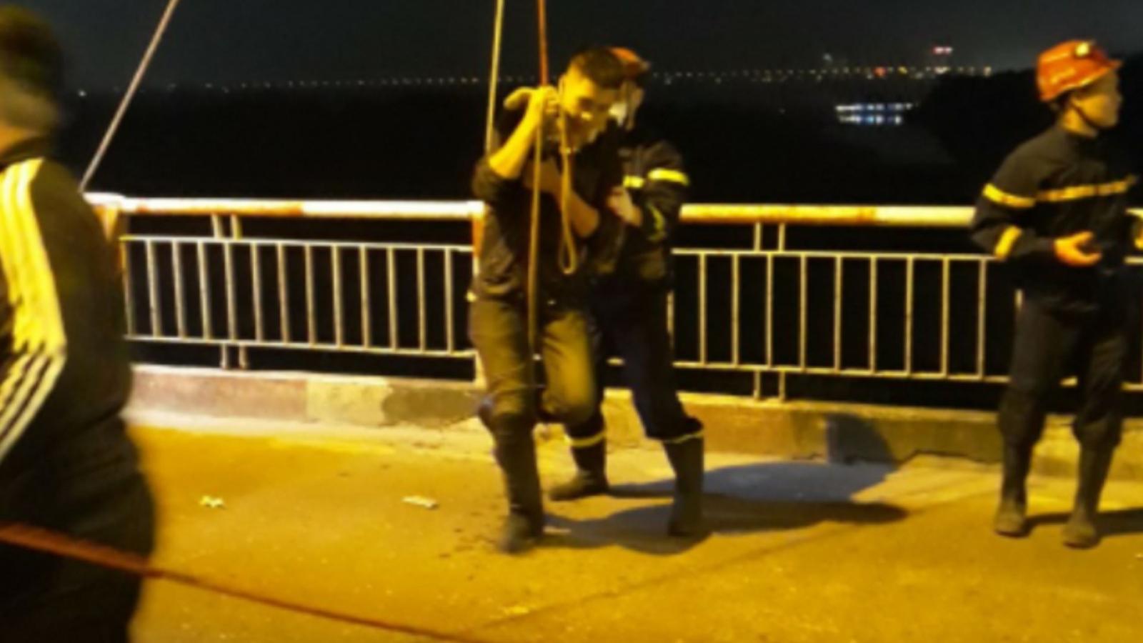 Nam thanh niên say rượu nhảy từ cầu Chương Dương xuống sông Hồng