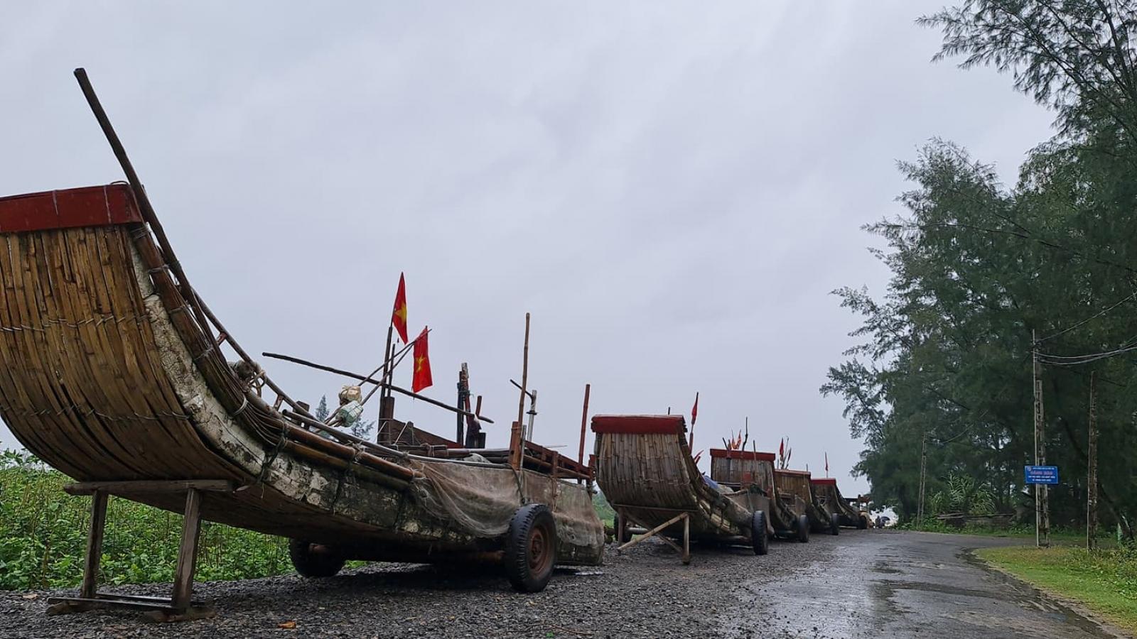 """Người dân Nghệ An hối hả chằng chống nhà cửa, neo đậu tàu thuyền """"đón"""" bão số 7"""