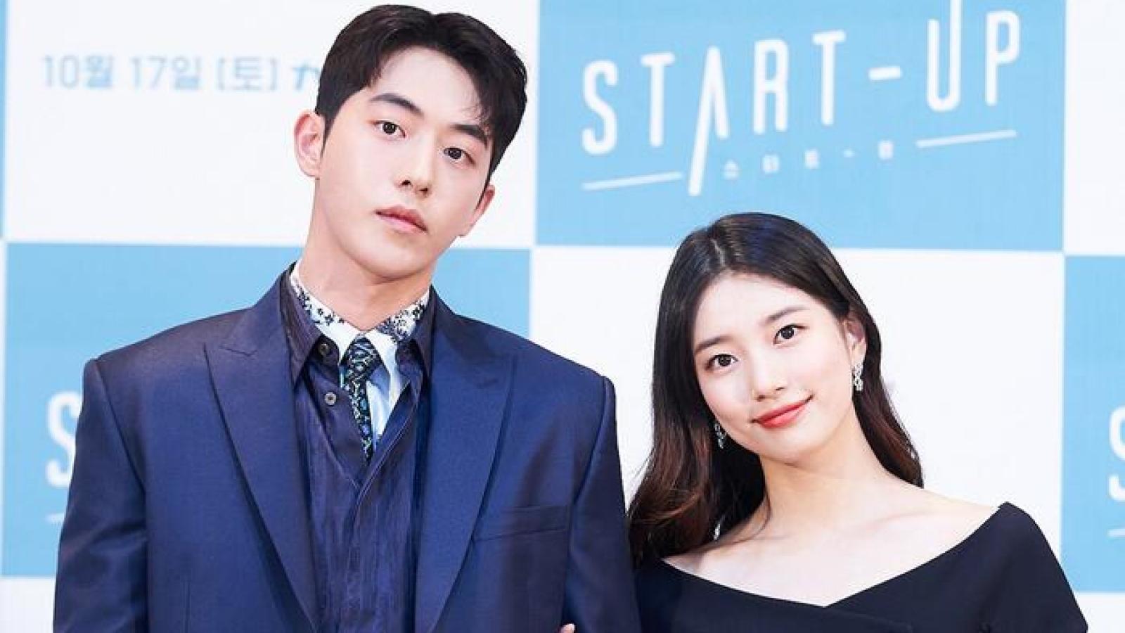 """Suzy tình tứ khoác tay """"mỹ nam bơi lội"""" Nam Joo Hyuk tại họp báo"""