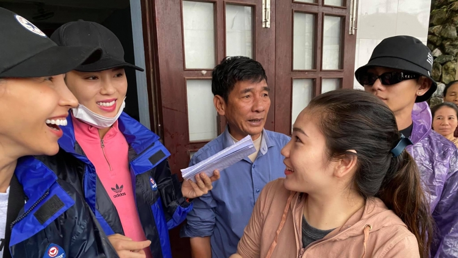 1500 suất quà cứu trợ của Kỳ Duyên - Minh Triệu bị ngập nước