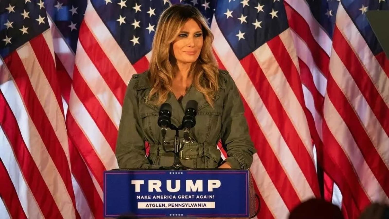 """Đệ nhất phu nhân Mỹ lần đầu phát biểu vận động tranh cử, ca ngợi chồng là """"chiến binh"""""""