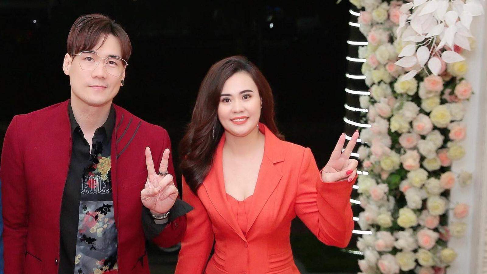 Ca sĩ Khánh Phương bất ngờ tặng hoa cho diễn viên Phan Kim Oanh
