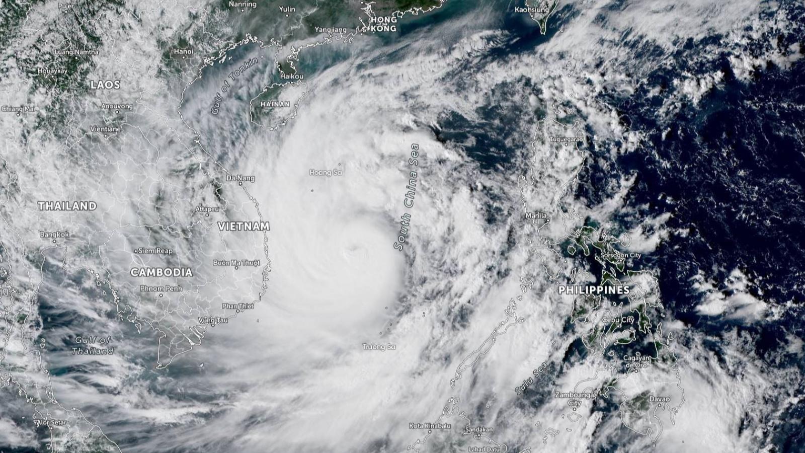 Miền Trung sơ tán hàng trăm nghìn dân trước khi bão số 9 đổ bộ