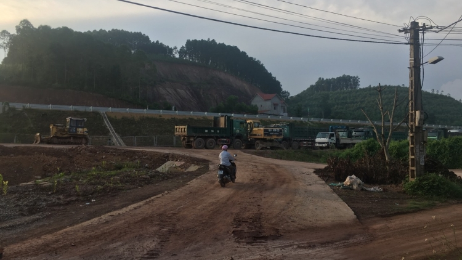 """Chính quyền ở đâu khi xe quá tải """"cày nát"""" đường gom cao tốc Bắc Giang - Lạng Sơn?"""