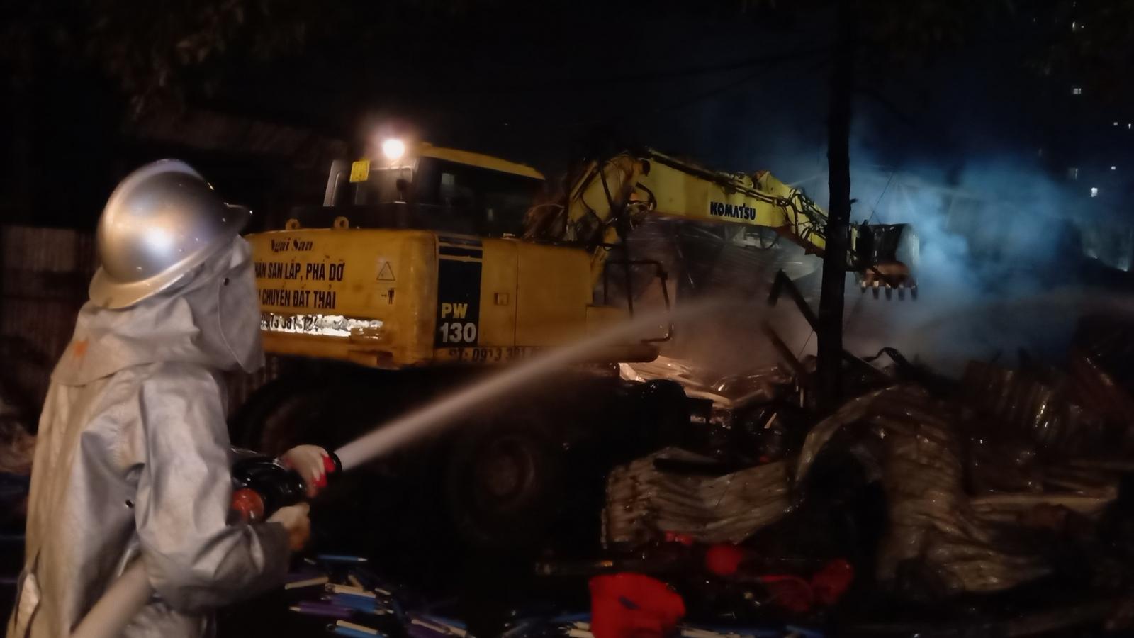 Gần 100 cảnh sát chữa cháyđến cứukho chứa hàng từng bị xử lý vi phạm