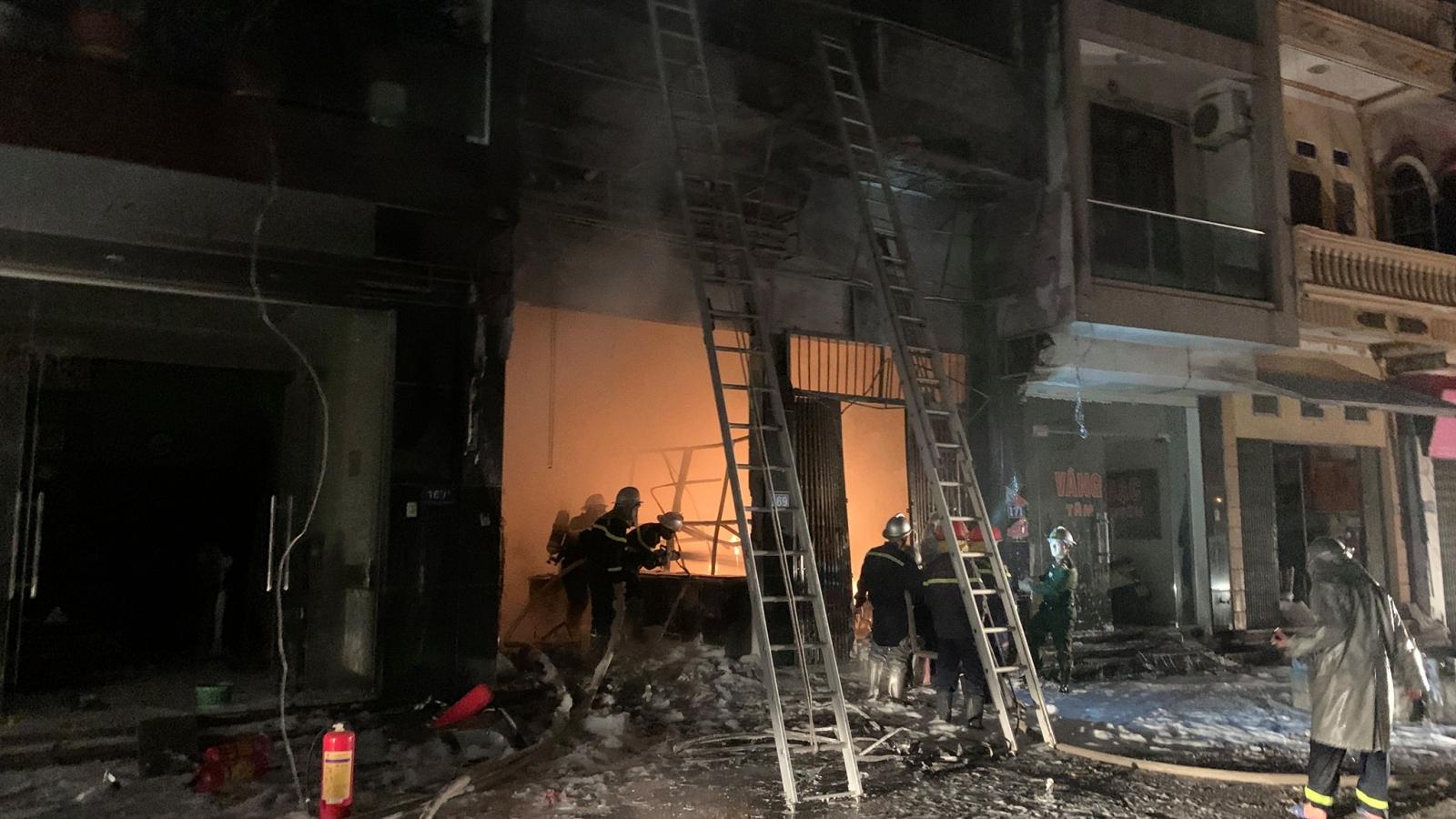 Cửa hàng gas hoạt động lén lút bị cháy khiến 5 người mắc kẹt