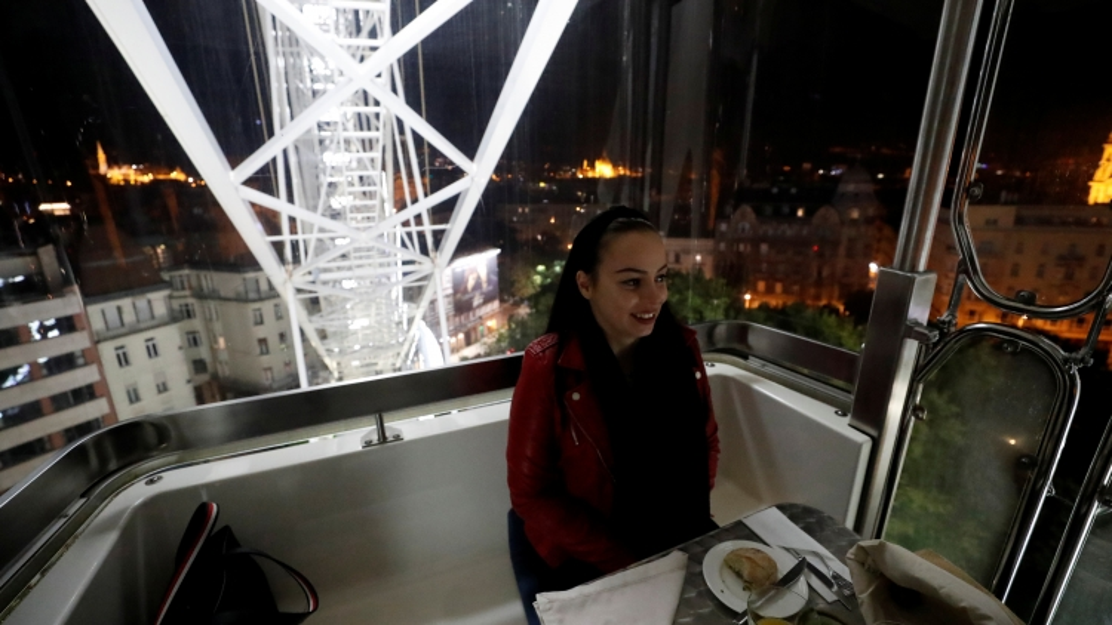 Ý tưởng du lịch thời Covid: Bữa tối đẳng cấp trong ca bin đu quay