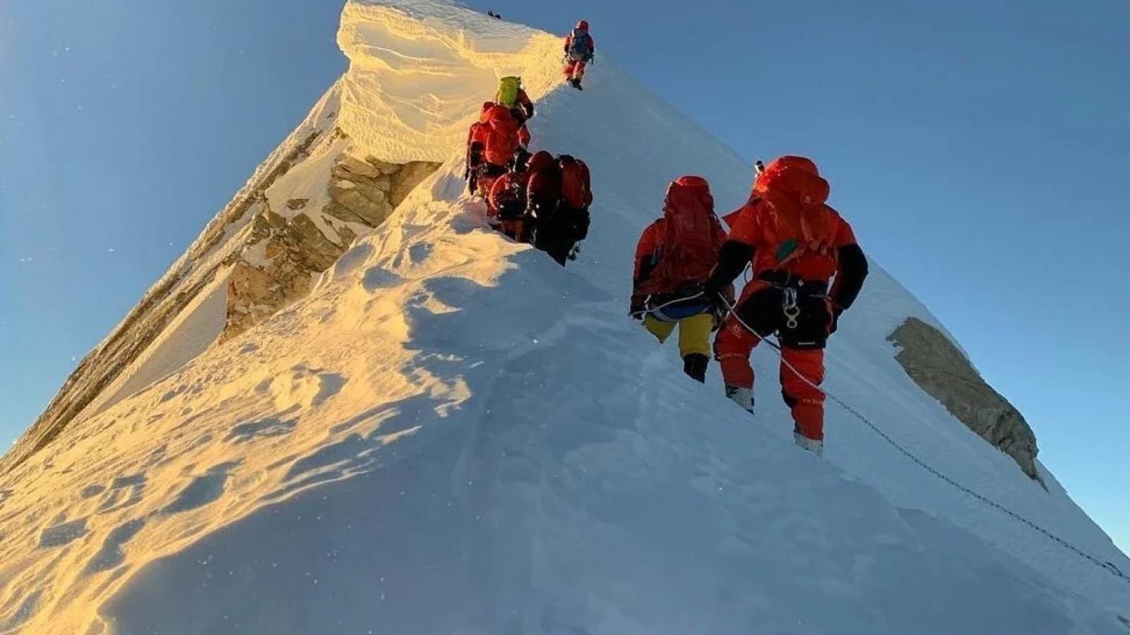 Nepal đón đoàn khách leo núi đầu tiên quay lại Himalaya