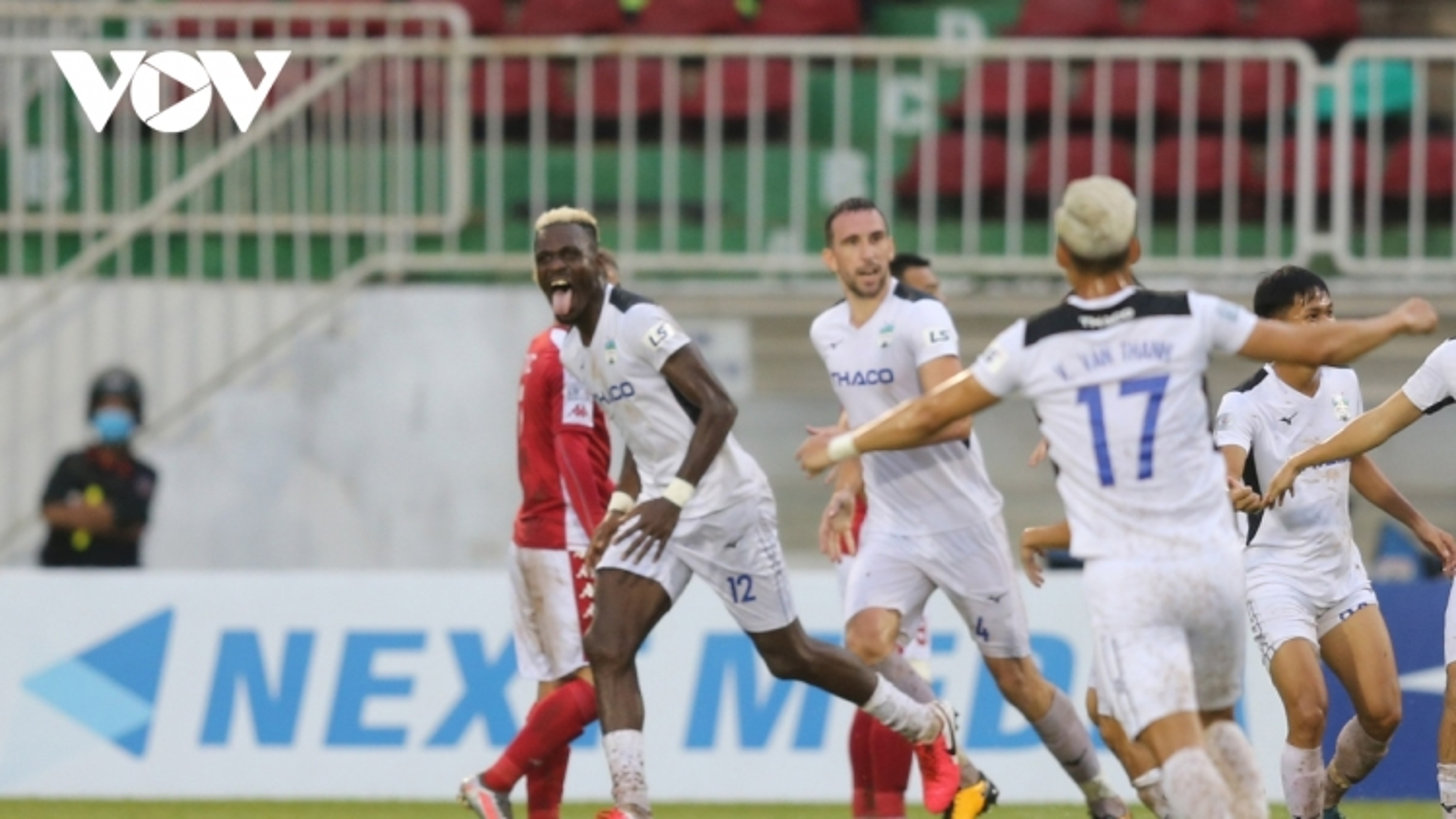 Toàn cảnh ngày kết thúc GĐ1 V-League 2020: Hà Tĩnh vào top 8, HAGL sánh ngang Hà Nội FC