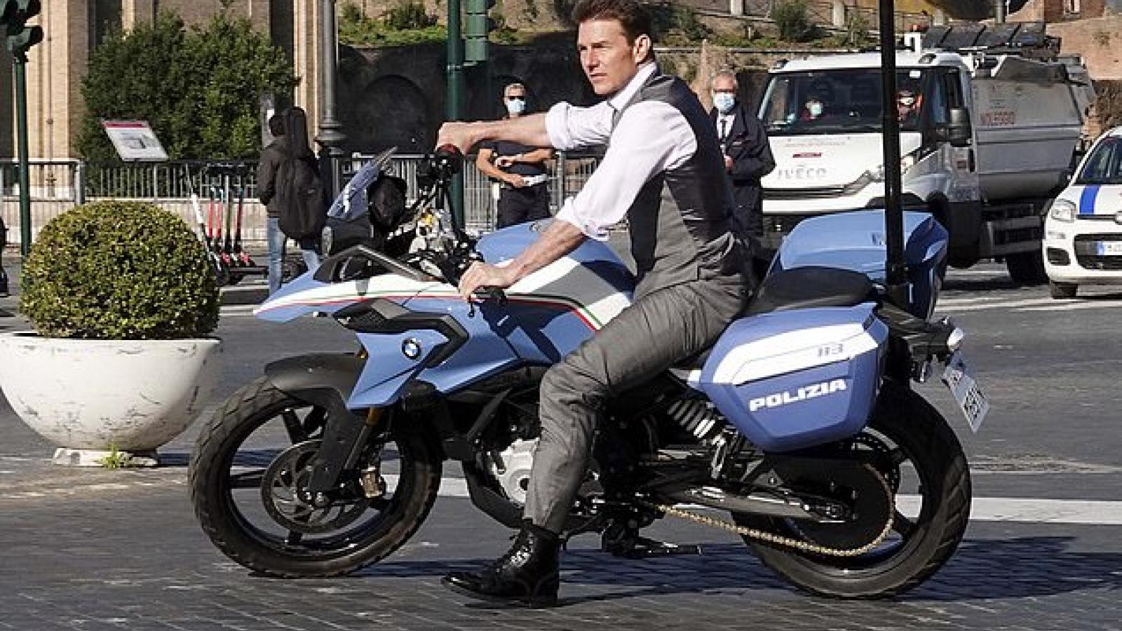 """Tom Cruise lái xe mô tô """"cực ngầu"""" trên phố"""