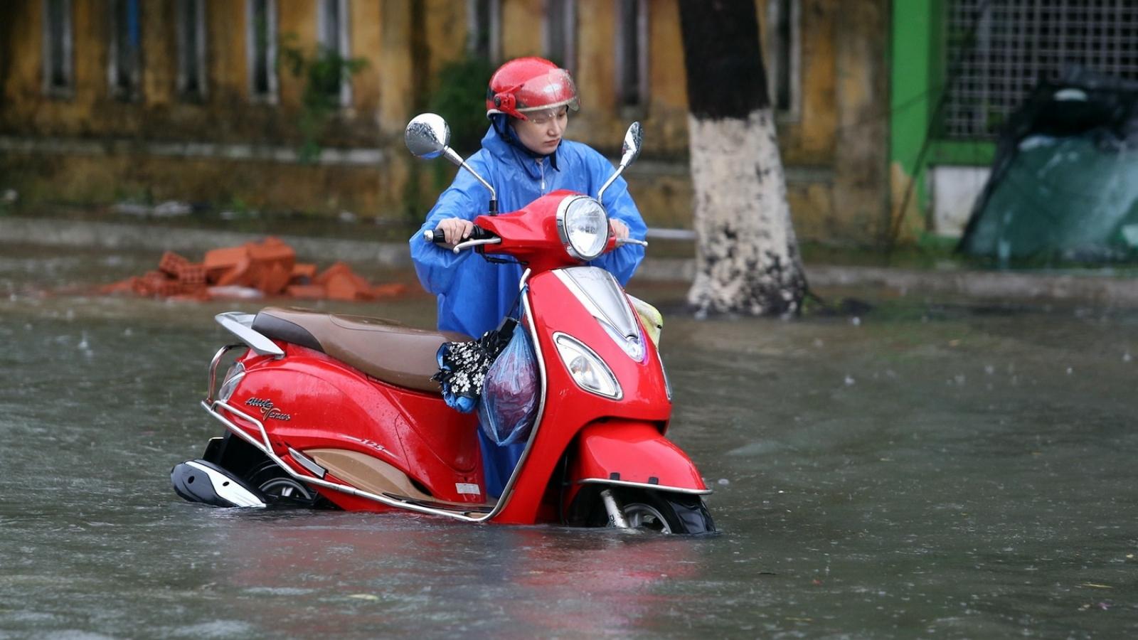 Mưa lũ gây ngập nhiều nơi tại Quảng Nam, người dân bì bõm trong nước