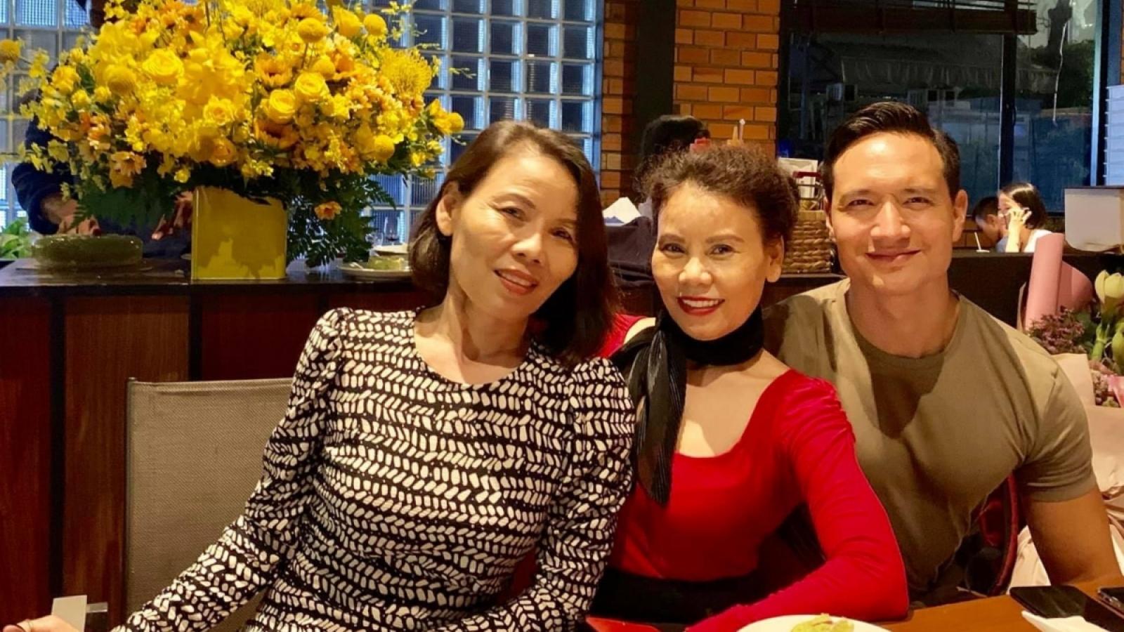 Chuyện showbiz: Kim Lý chúc mừng sinh nhật mẹ Hồ Ngọc Hà