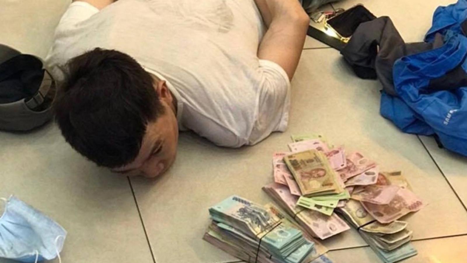 Khoét trần, đu dây trộm hơn 120 triệu đồng trong cửa hàng FPT