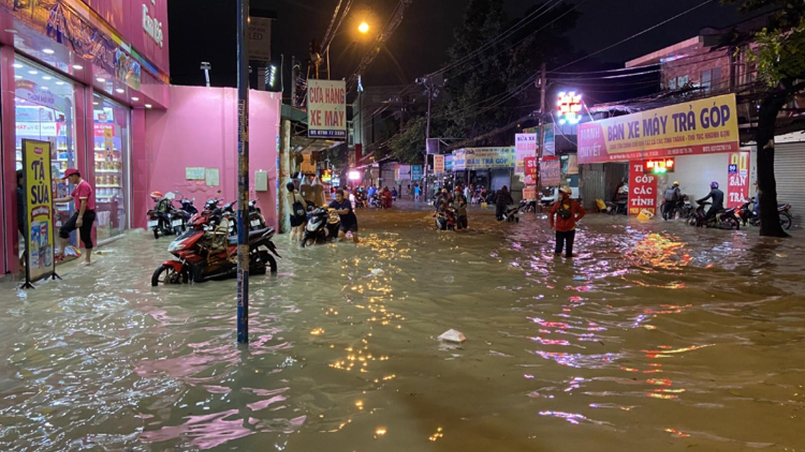 Hàng loạt tuyến đường TP Hồ Chí Minh chìm trong biển nước sau cơn mưa như trút