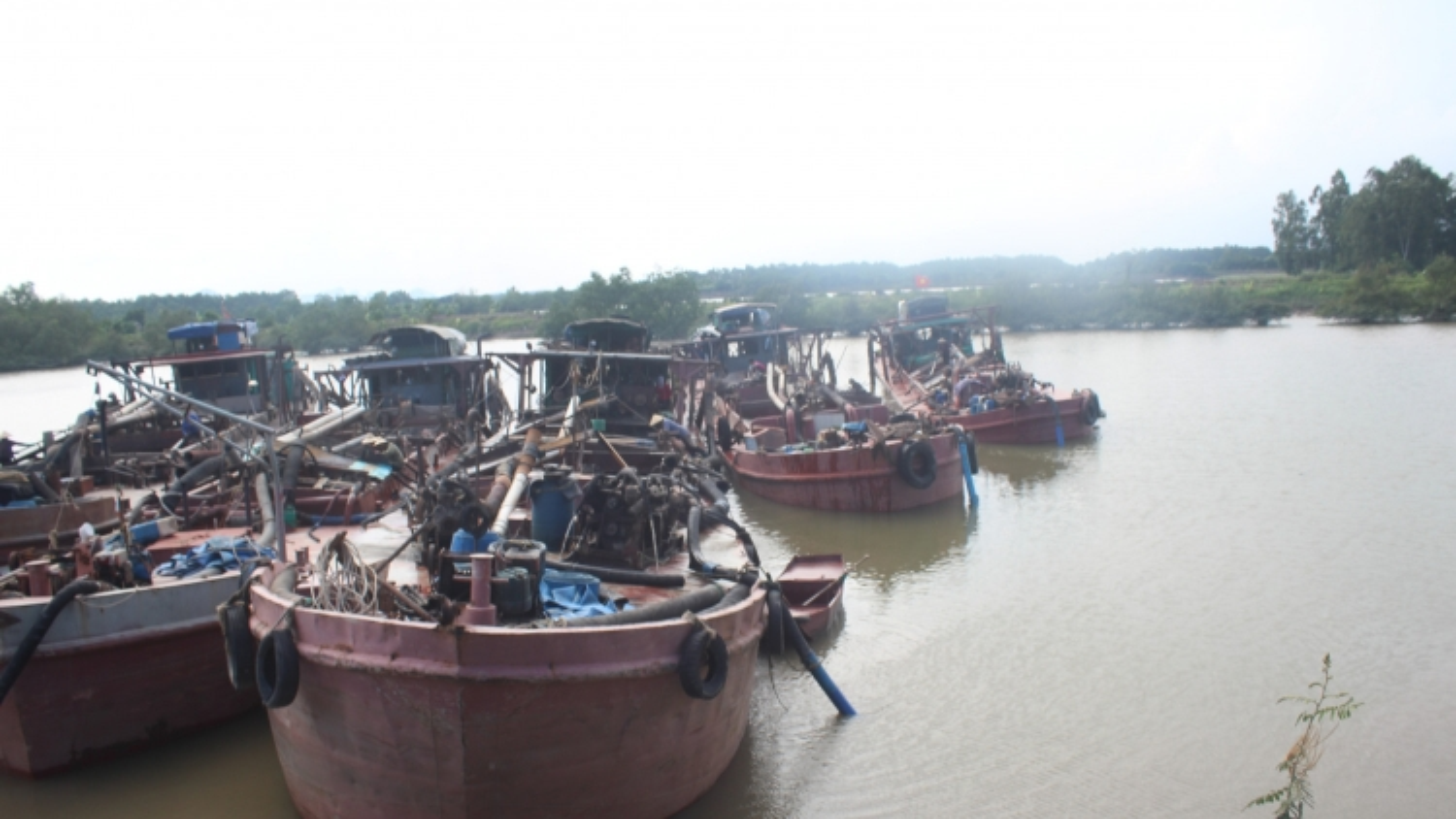 Bắt giữ và xử lý 6 tàu vận chuyển cát trái phép ởQuảng Ninh