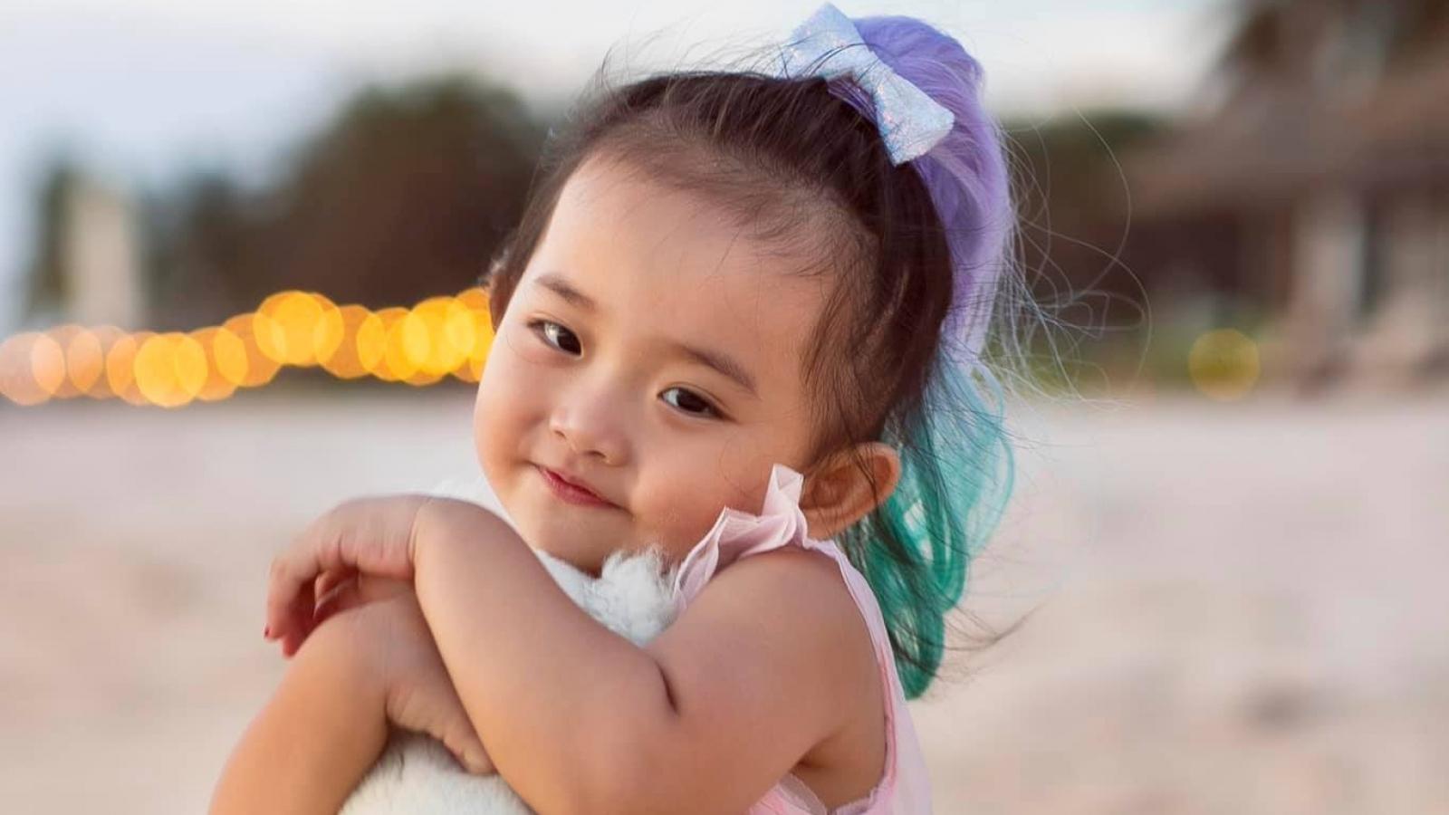 """Chuyện showbiz: Khánh Thi khoe con gái cưng """"làm duyên"""" cực đáng yêu"""