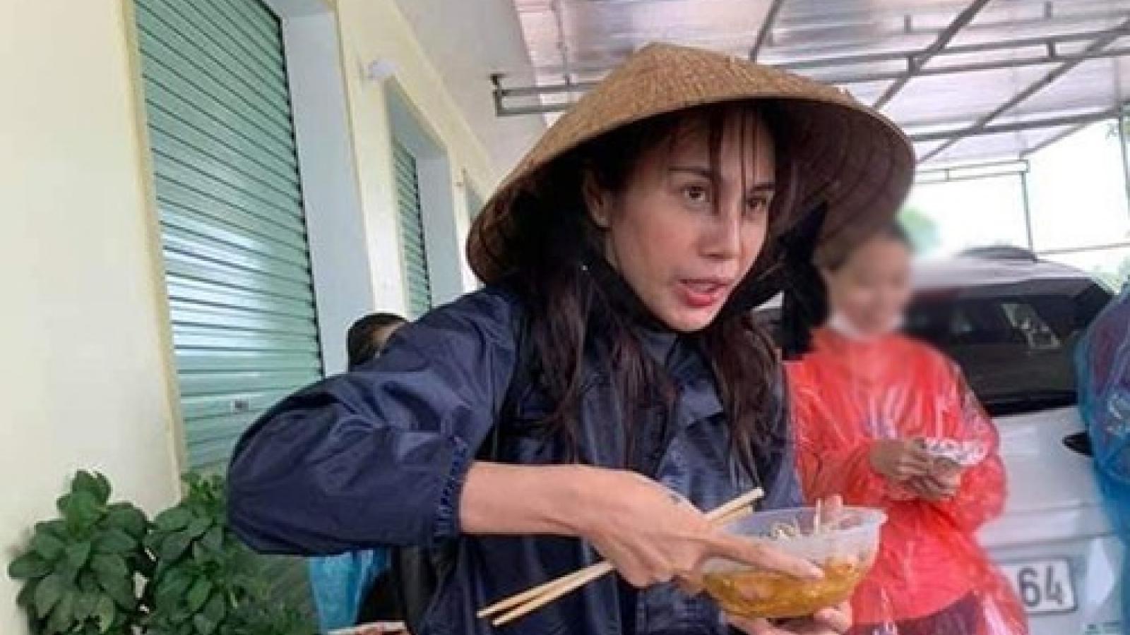 Chuyện showbiz: Thủy Tiên gây xúc động với cảnh ăn vội, tay nhăn nheo khi đi từ thiện
