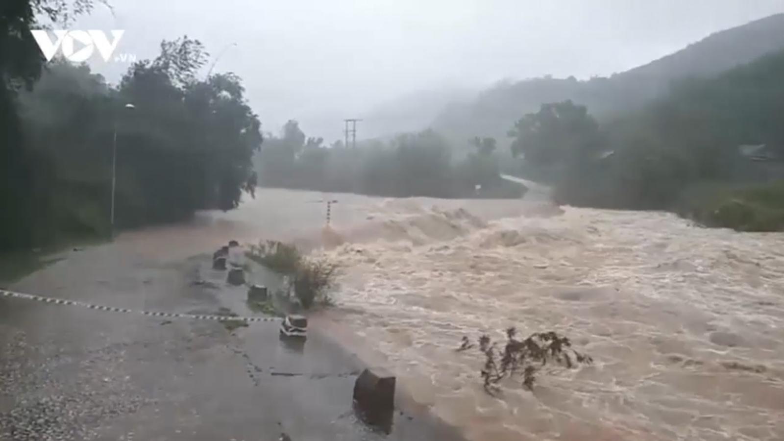 Mưa lớn gây ngập lụt nặng ở miền Trung, Thừa Thiên Huế cho học sinh nghỉ học