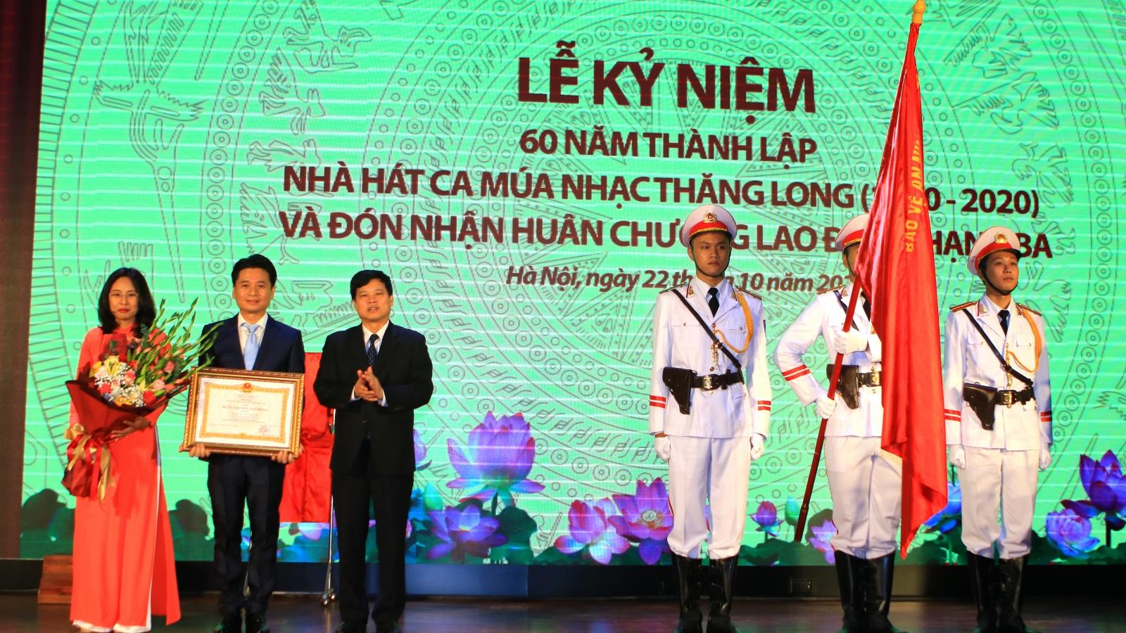 Nhà hát Ca Múa Nhạc Thăng Long đón Huân chương Lao động hạng Ba nhân kỷ niệm 60 năm
