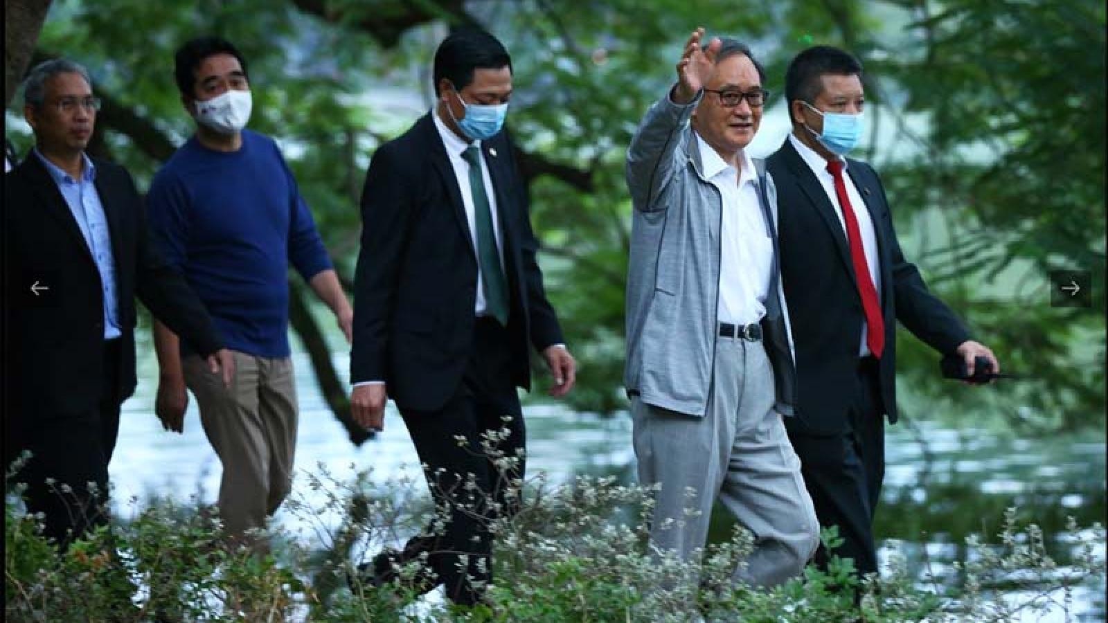 Japanese PM Suga strolls along Hanoi lake
