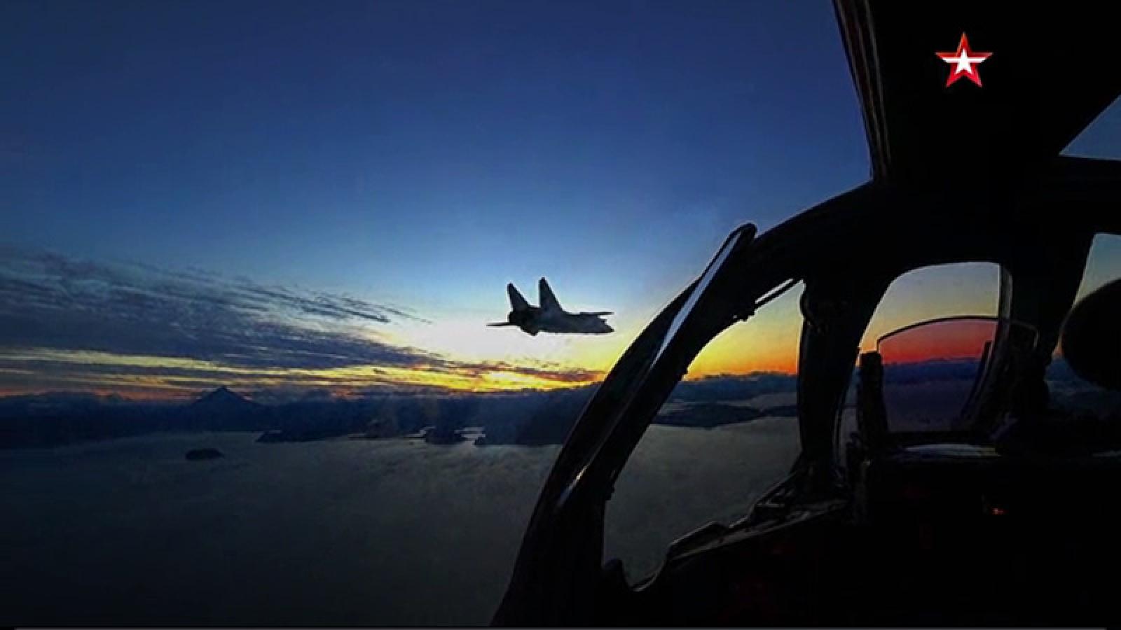 Xem tiêm kích MiG-31BM của Nga diễn tập chặn máy bay xâm nhập trong đêm
