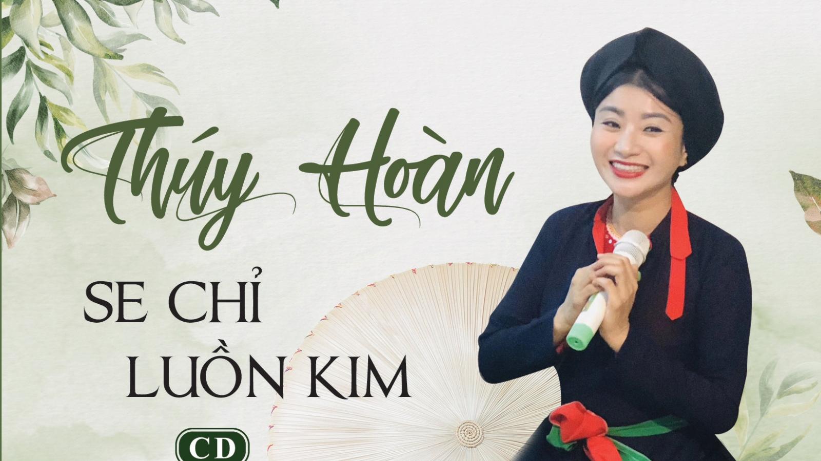 Ca nương Thuý Hoàn cùng chồng bán album, sách gây quỹ ủng hộ miền Trung