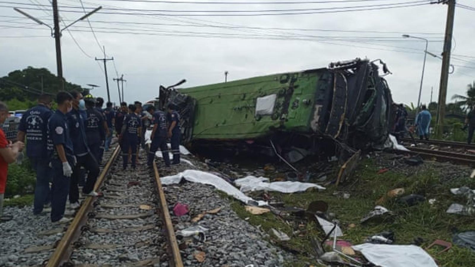 Tàu hỏa đâm xe buýt ở Thái Lan: Ít nhất 20 người tử vong