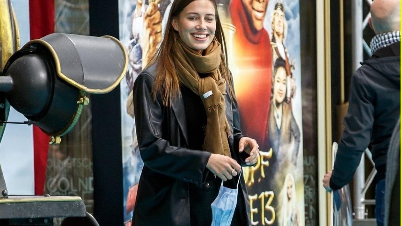 Bạn gái Brad Pitt rạng rỡ trên thảm đỏ tại buổi ra mắt phim mới