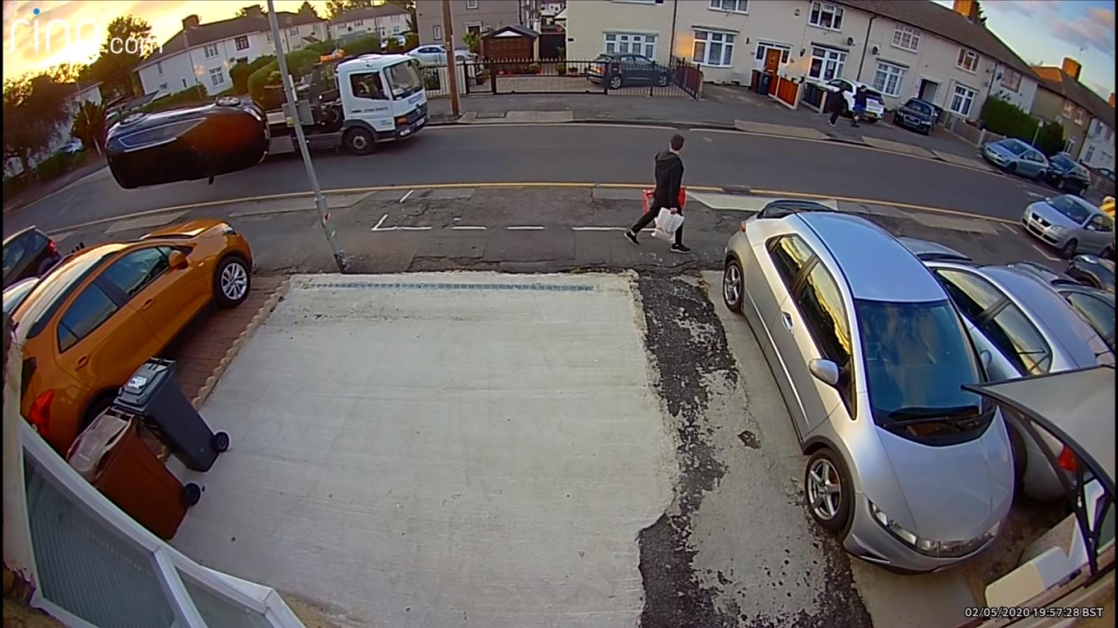 Video: Cố vượt xe tải, Audi lộn tùng phèo trên không