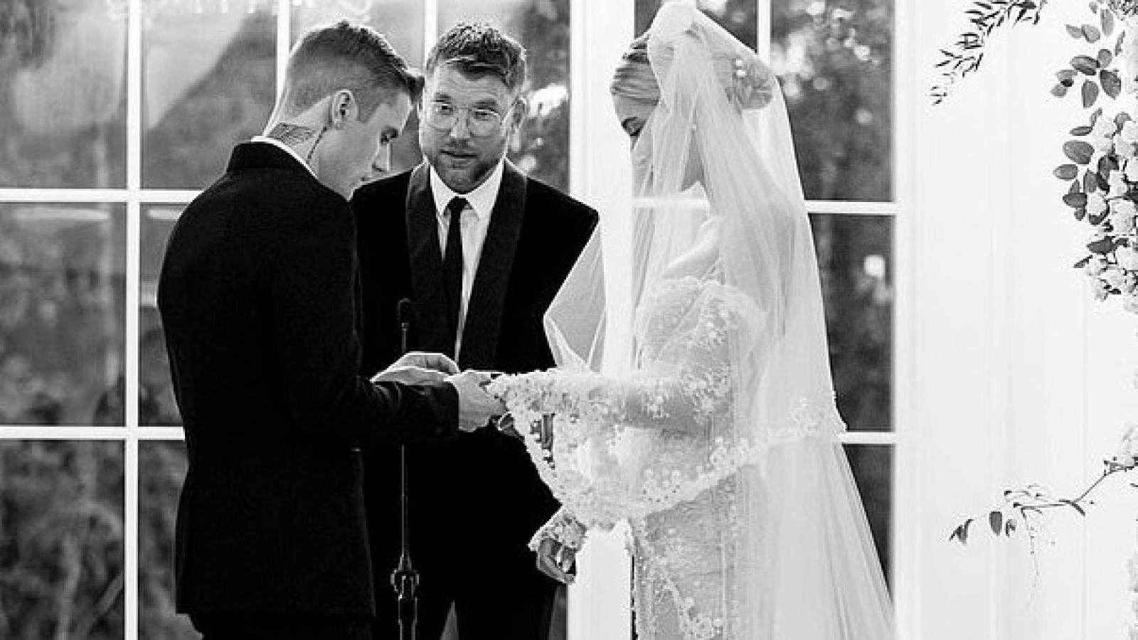 Justin Bieber và vợ khoe ảnh ngọt ngào kỷ niệm 1 năm ngày cưới