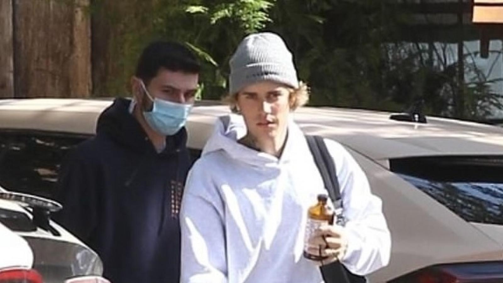 Justin Bieber mặc đồ đơn giản đến phòng thu trước khi ra mắt phim tài liệu mới