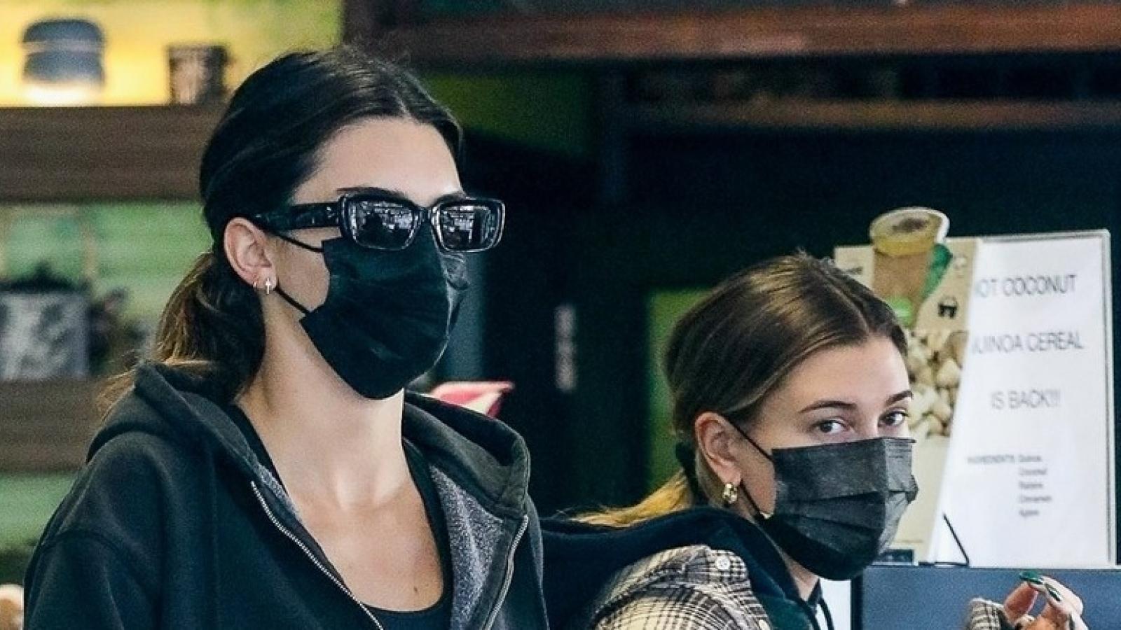 Kendall Jenner và bà xã Justin Bieber vui vẻ ra phố sau buổi tập gym
