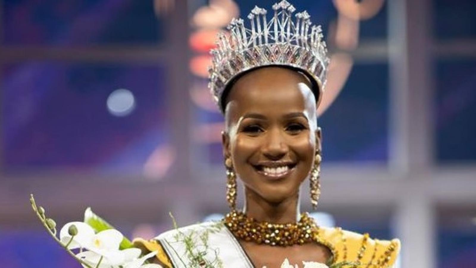 """Vẻ nóng bỏng của """"mỹ nhân đầu trọc"""" đăng quang Hoa hậu Hoàn vũ Nam Phi 2020"""