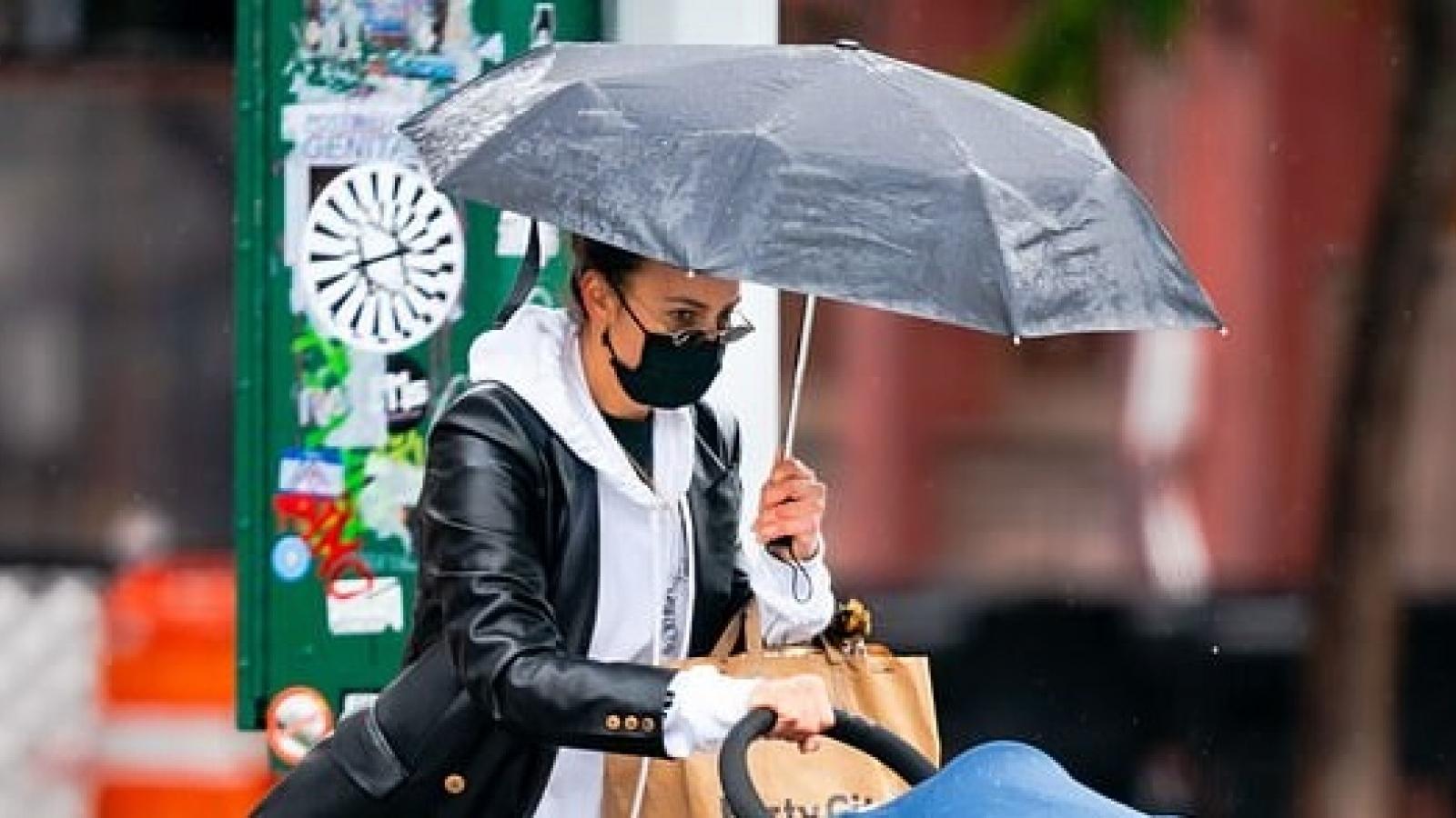 Siêu mẫu Irina Shayk sành điệu đưa con gái đi mua sắm trong ngày mưa