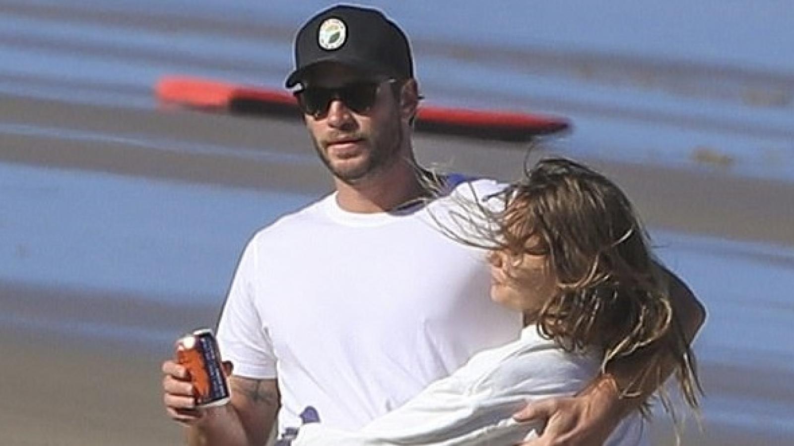 Tài tử Liam Hemsworth tình tứ ôm bạn gái trên bãi biển