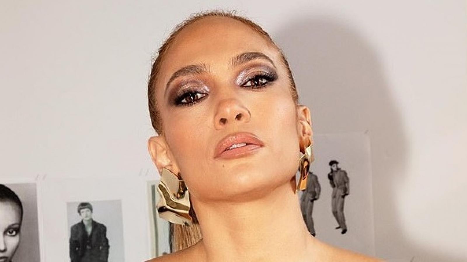 """Jennifer Lopez phô hình thể """"bốc lửa"""" đi xem show thời trang ở Pháp"""
