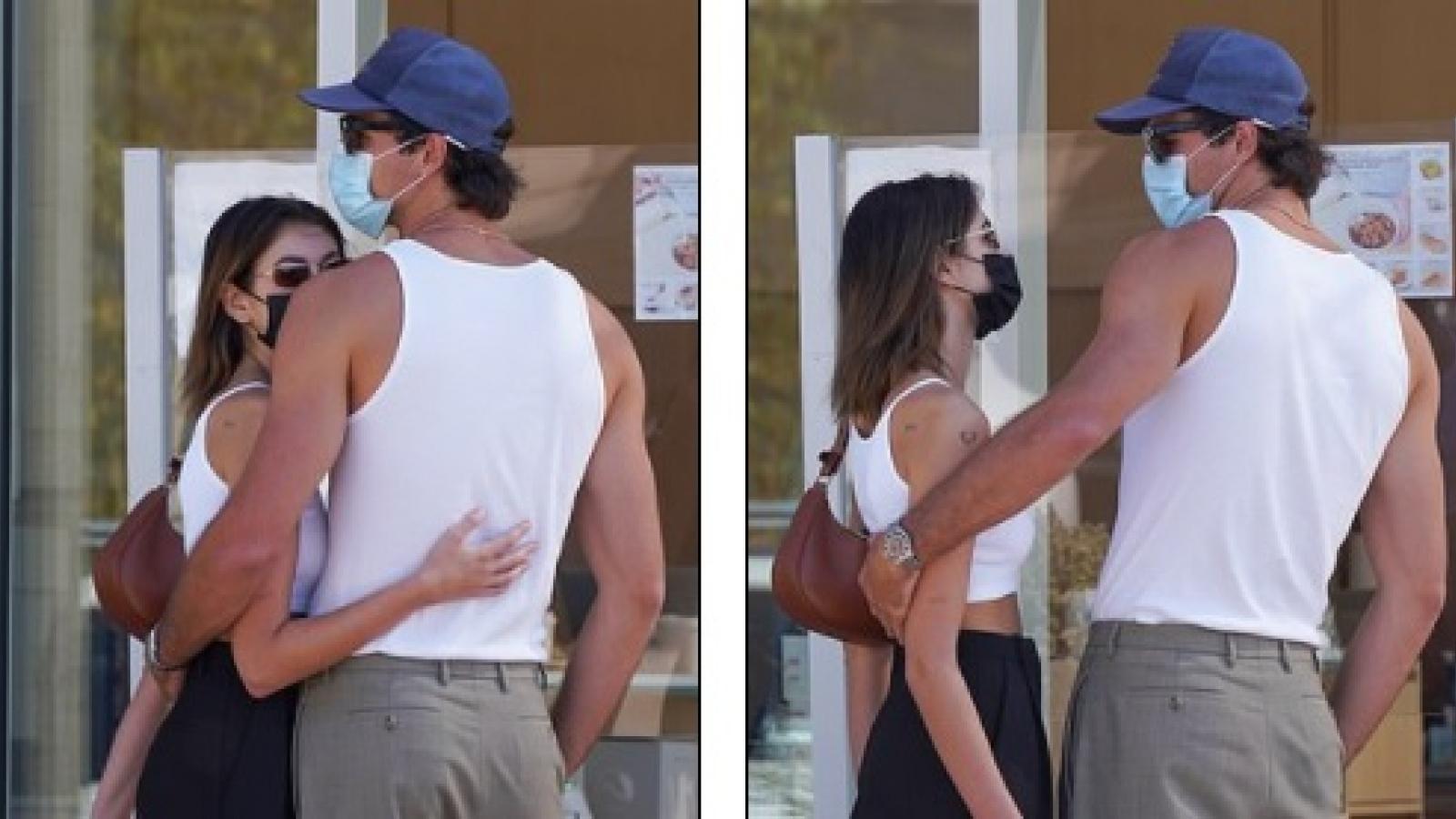 Con gái Cindy Crawford và bạn trai mặc đồ đồng điệu, tình tứ ôm nhau trên phố