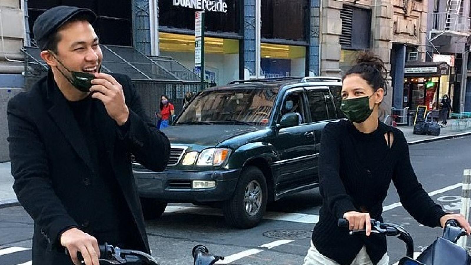 Katie Holmes và tình trẻ vui vẻ đạp xe dạo phố