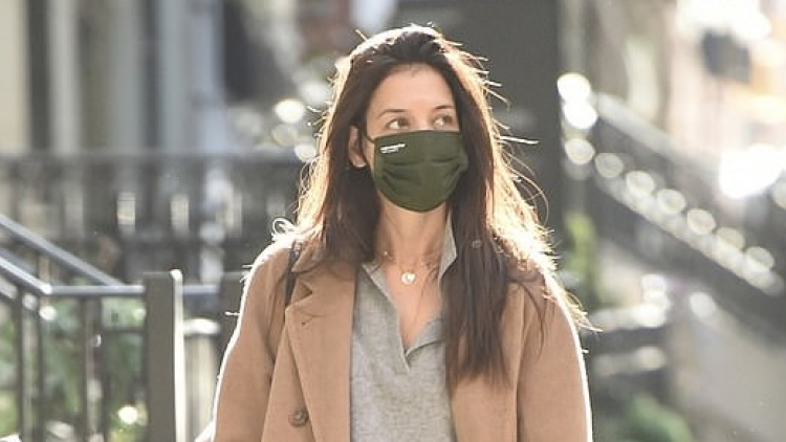 Vắng bạn trai, Katie Holmes mặc đồ xuề xòa ra phố một mình