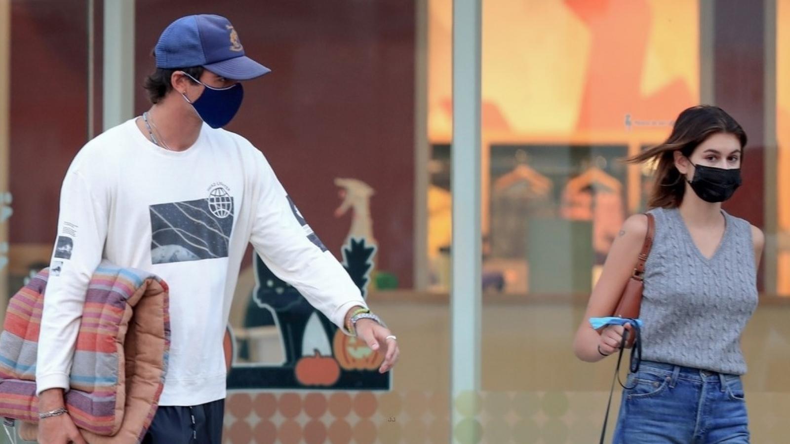 """Con gái Cindy Crawford và bạn trai mới """"khóa môi"""" ngọt ngào ở chốn đông người"""