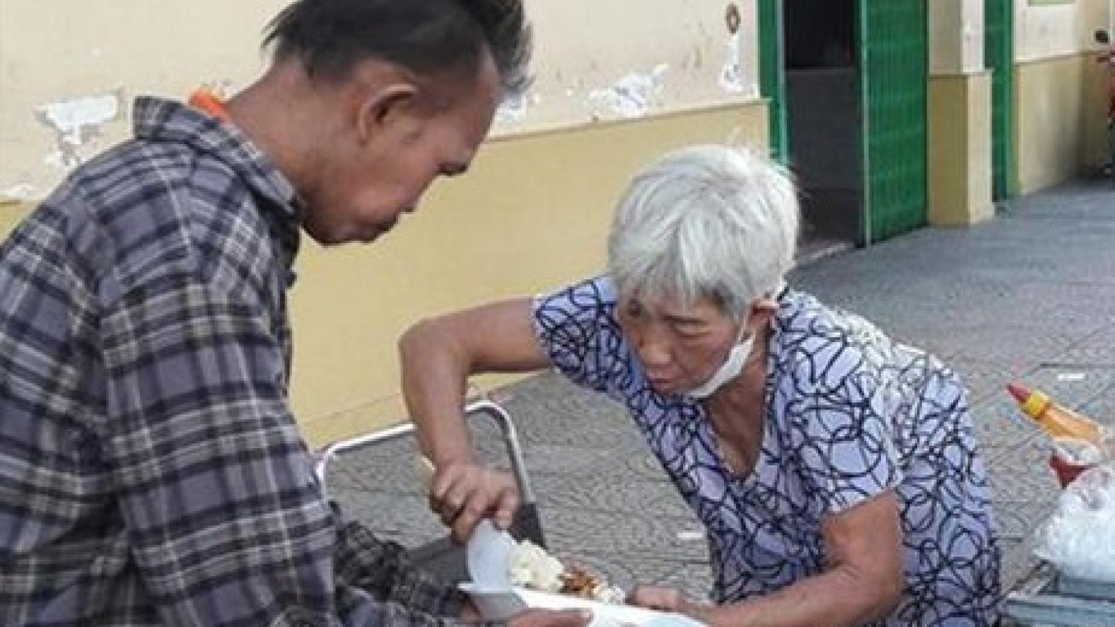 Bà cụ bán xôi nghèo cưu mang người đàn ông mắc bệnh tâm thần